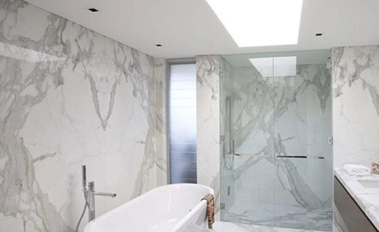 Красота и стил с мрамор в банята